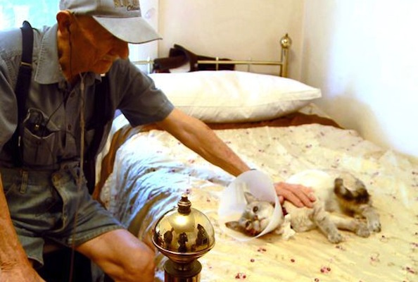 85 Year Old Man Stricken With Cancer Reunited With His Cat