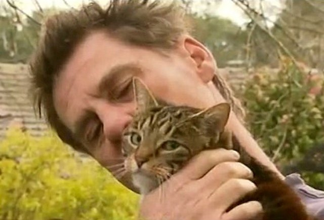 Screaming Cat Becomes Hero by Saving Owner from Fire